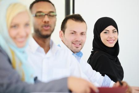 femmes muslim: Groupe d'affaires arabe assis dans une ligne de rang�e