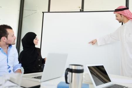 hombre arabe: Grupo de hombres de negocios multi-�tnicas en el trabajo