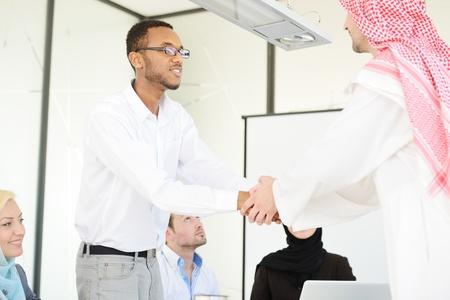 hombre arabe: Grupo de hombres de negocios multi-�tnicas ocupan un contrato y temblorosa mano Foto de archivo