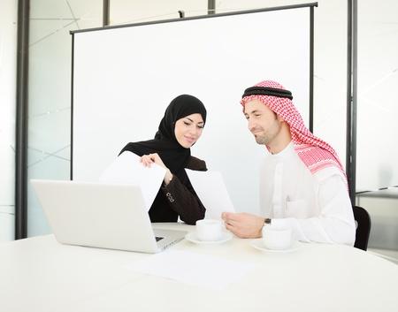 fille arabe: Groupe de gens d'affaires multi-ethniques au travail