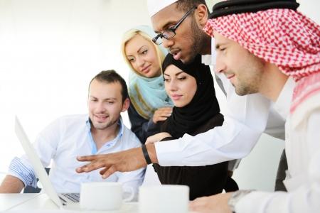 körfez: Iş yerinde Arap iş adamları grubu