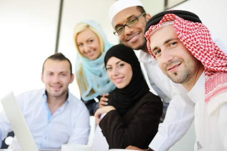 hombre arabe: Grupo de hombres de negocios ?bes en el trabajo Foto de archivo
