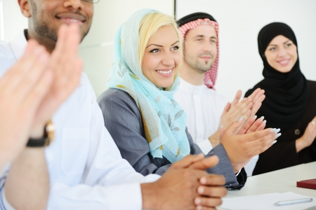 aplaudiendo: Grupo de hombres de negocios multi-étnicos que aplauden durante la presentación