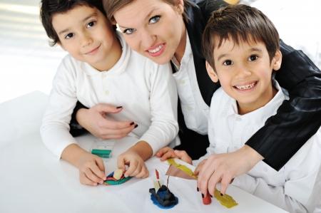 madre soltera: Madre con hijos trabajando en el proyecto de deberes