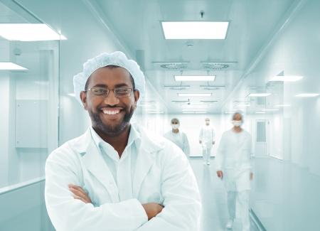 emergencia medica: Trabajo de las personas con uniformes blancos en las instalaciones modernas