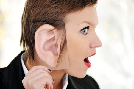 Mujer oreja gigante choque concepto Foto de archivo