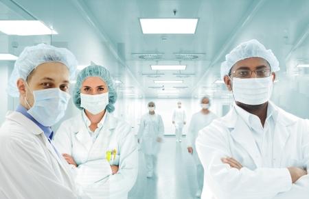 personal medico: Los cient�ficos del equipo de Ar�bica en el laboratorio de hospital moderno, grupo de m�dicos Foto de archivo