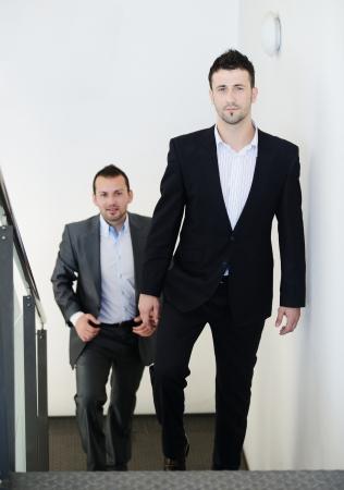 subir escaleras: Exitosos empresarios de subir escaleras Foto de archivo