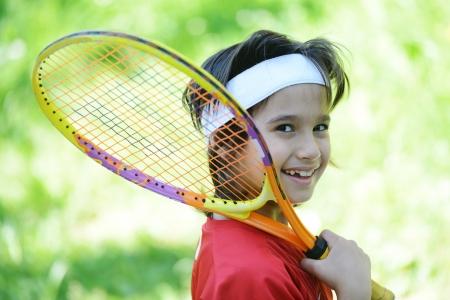 jugando tenis: Ni�o jugando al tenis