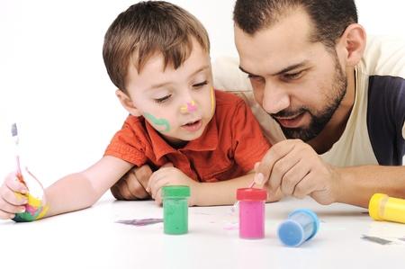 infante: Padre e hijo jugando con los colores de pintura