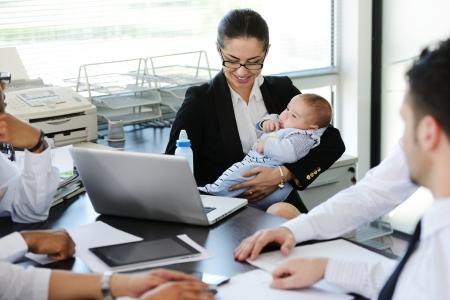 Les gens d'affaires de prendre soin du bébé dans le bureau
