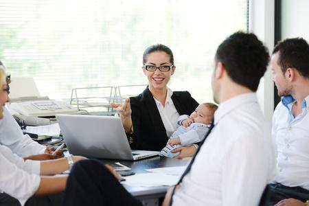 Les gens d'affaires en prenant soin de bébé dans le bureau
