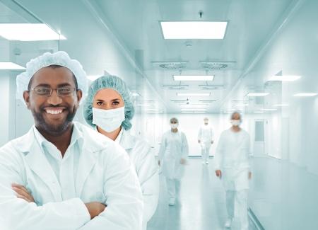 Les scientifiques de l'équipe arabe au laboratoire de l'hôpital moderne, un groupe de médecins