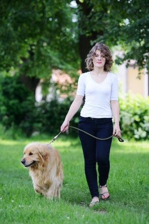 Žena chůzi psa