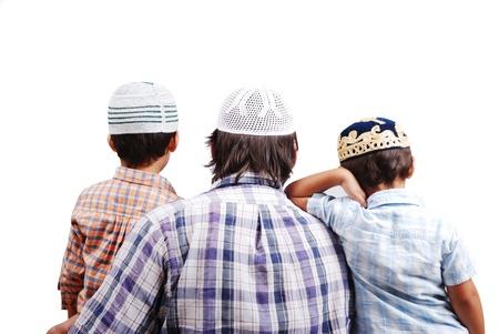 Familia musulmana con su espalda a la cámara