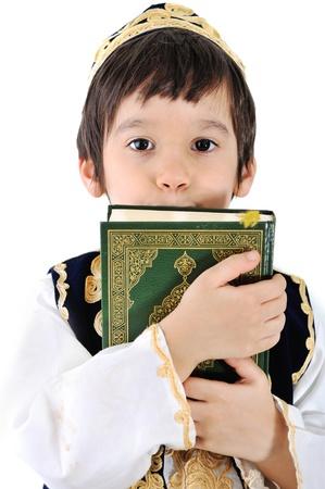 Enfant musulman avec saint Coran Banque d'images