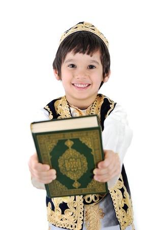 quran: Feliz ni�o musulm�n que sostiene Sagrado Cor�n