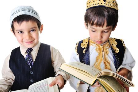 quran: Dos ni�os leyendo Sagrado Cor�n Foto de archivo