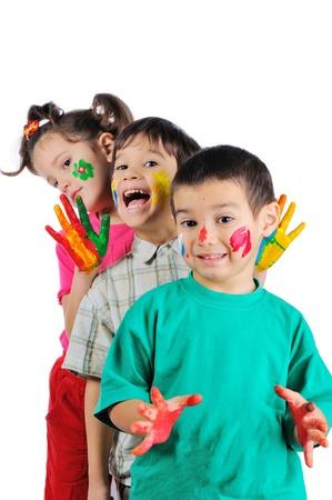 manos sucias: Thre hermosos niños pintados de pie en una fila uno tras otro