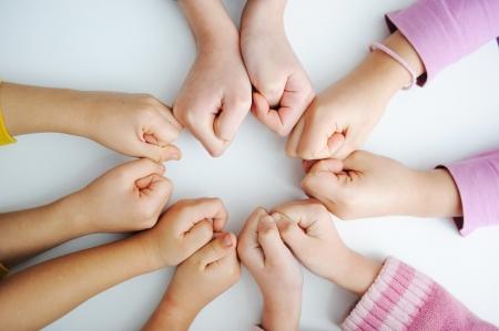 solidaridad: Imagen de manos de permanecer juntos en la mesa para mostrar su solidaridad
