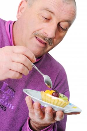 plato del buen comer: Anciano comer delicioso pastel Foto de archivo