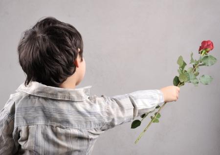 niños actuando: Muchacho que da una rosa