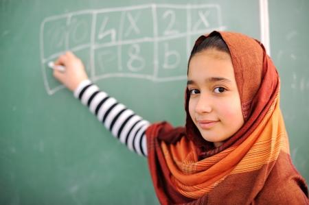 diversidad cultural: Hermosa chica árabe hiyab en la escuela Foto de archivo