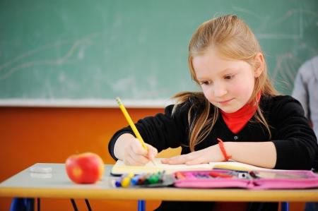 diligente: Retrato de colegiala diligente dibujo
