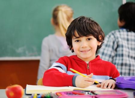 niÑos contentos: Niños lindos en la escuela