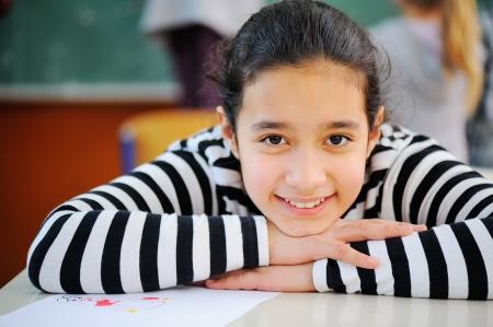 petite fille musulmane: Portrait d'une jeune et jolie écolière arabe Banque d'images