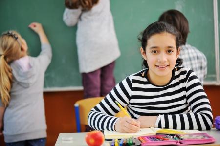petite fille musulmane: Portrait d'une belle fille dans la classe de l'école Banque d'images