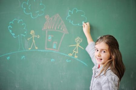 Roztomilá holčička kreslení na tabuli