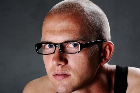 hombre calvo: Retrato de un hombre con gafas Foto de archivo