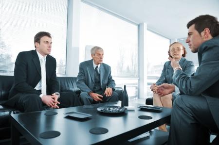 탈취 사람들은 사무실 회의에서 휴식 스톡 콘텐츠