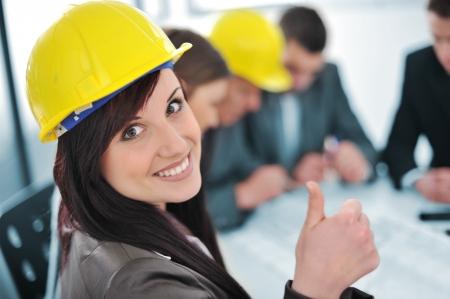최대 비즈니스 사무실에있는 사람들, 엄지 손가락으로 소녀
