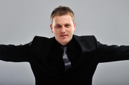 arms wide: Felice giovane uomo in piedi con le braccia spalancate