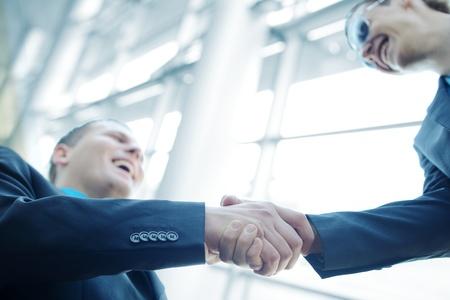 Obchodní třást ruce před moderní budovy s kopií vesmíru (selektivní focus)