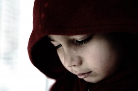 maltrato infantil: Ni?o triste llorando Foto de archivo