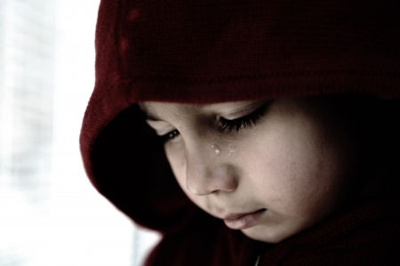 ojos llorando: Ni?o triste llorando Foto de archivo