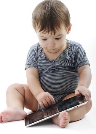 아기는 태블릿 PC와 함께 연주 바닥에 앉아있다