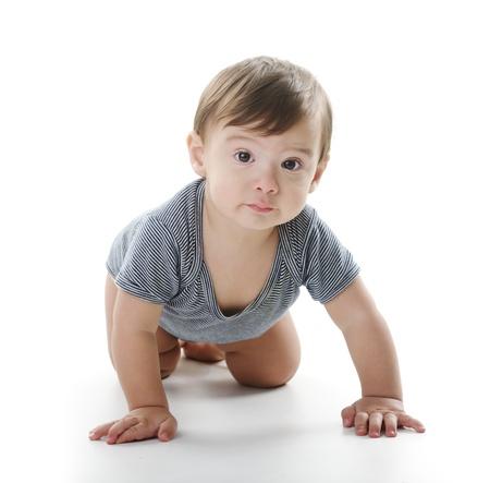 bebe gateando: Bebé está sentado en el piso, aislado en blanco Foto de archivo