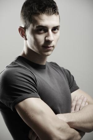 hair short: Giovane capelli corti uomo in bianco t-shirt ritratto