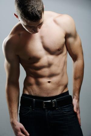 желудок: Молодая сексуальная мускулистый мужчина позирует