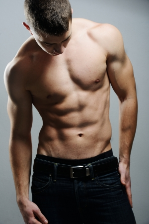 hombres sin camisa: Hombre musculoso sexy posando Foto de archivo