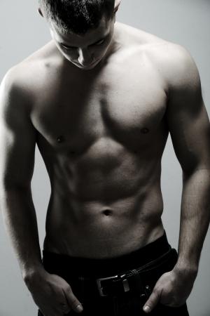 hombre sin camisa: Hombre musculoso sexy posando Foto de archivo