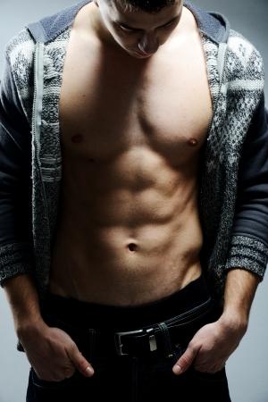 torso nudo: Giovane uomo muscolare sexy che propone Archivio Fotografico