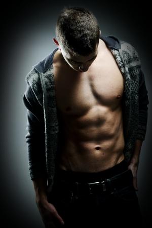 muscle shirt: Hombre musculoso sexy posando Foto de archivo