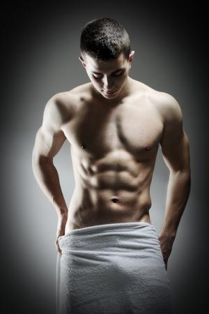 Mladý sexy svalnatý muž, představující