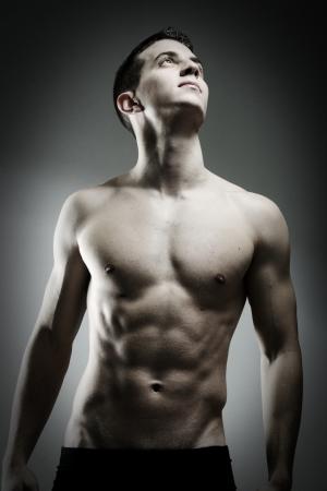 젊은 섹시 근육 남자 포즈