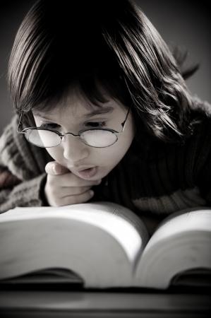 귀여운 소년 읽기 책의 복고풍 초상화 스톡 콘텐츠